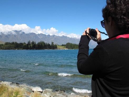 Laura buscando el Monte Cook